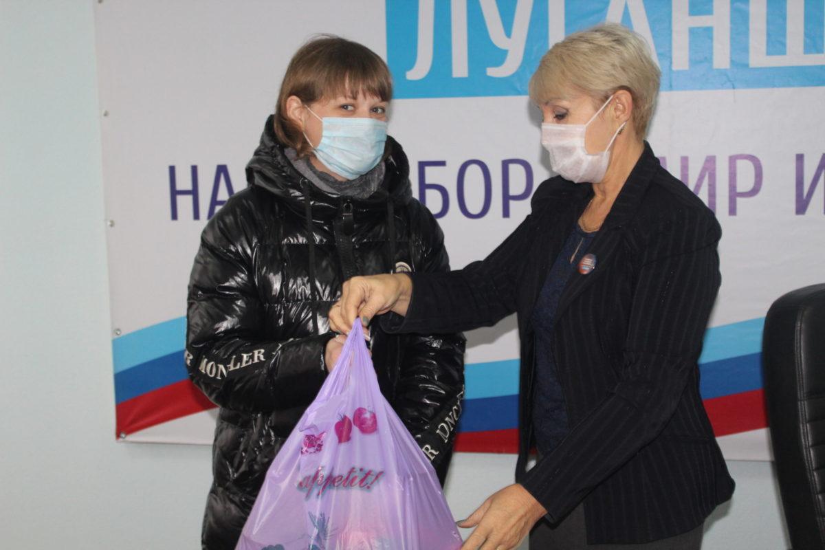 Продуктовые наборы от проекта «Волонтёр» получили нуждающиеся жители Славяносербского района
