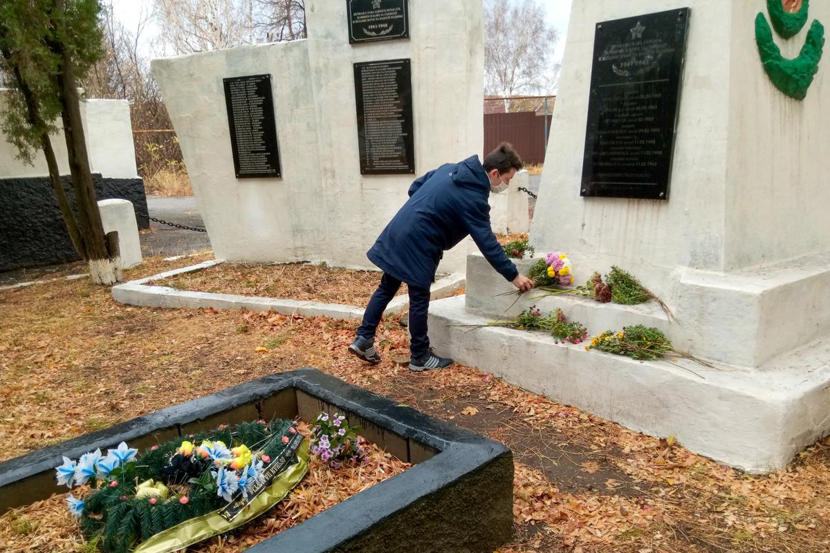В Селезнёвке активисты ОД «Мир Луганщине» почтили память жертв политических репрессий