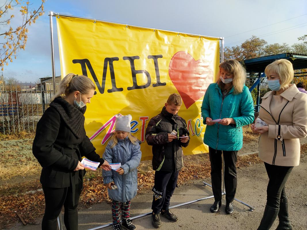 Жителей посёлка Металлист поздравили с Днём народного единства