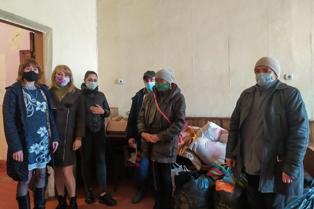 Активисты Краснодонского района передали помощь погорельцам