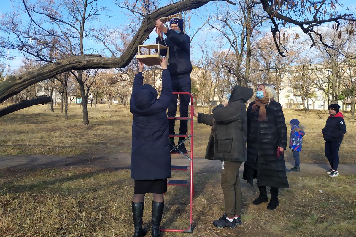 Краснолучские активисты установили кормушки в парковой зоне ко дню синички 2
