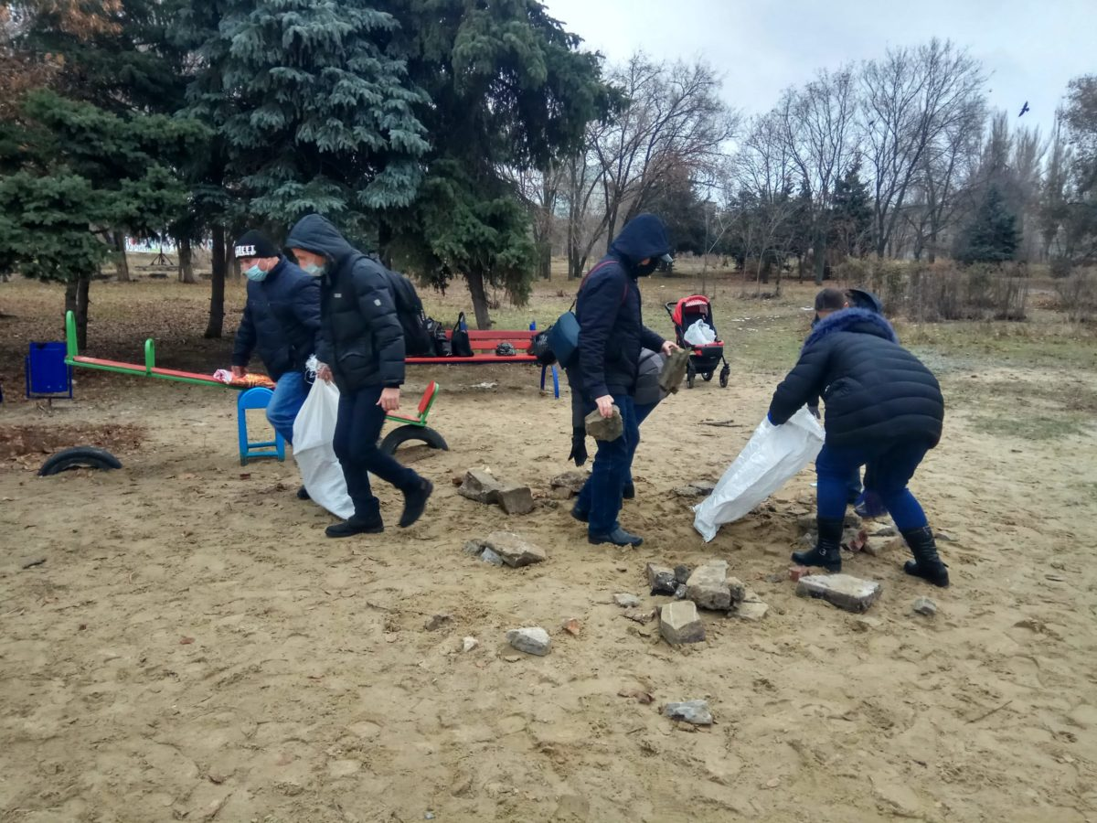 Луганские активисты провели субботник в парке «Дружба»