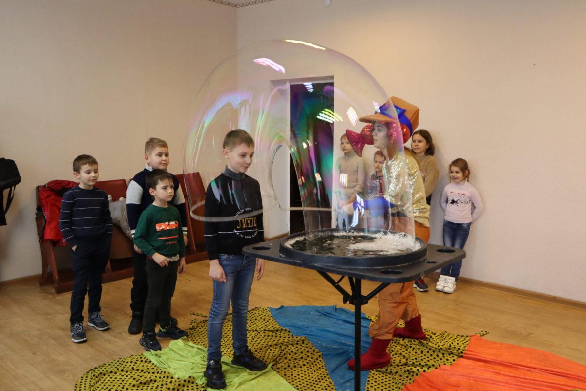 В Свердловске активисты проекта «Волонтёр» провели развлекательную программу для детей работников производственного подразделения «Энергоуправление»