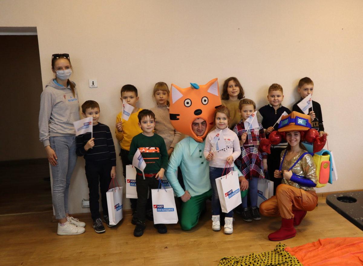 В Свердловске активисты проекта «Волонтёр» провели развлекательную программу для детей работников производственного подразделения «Энергоуправление» 3