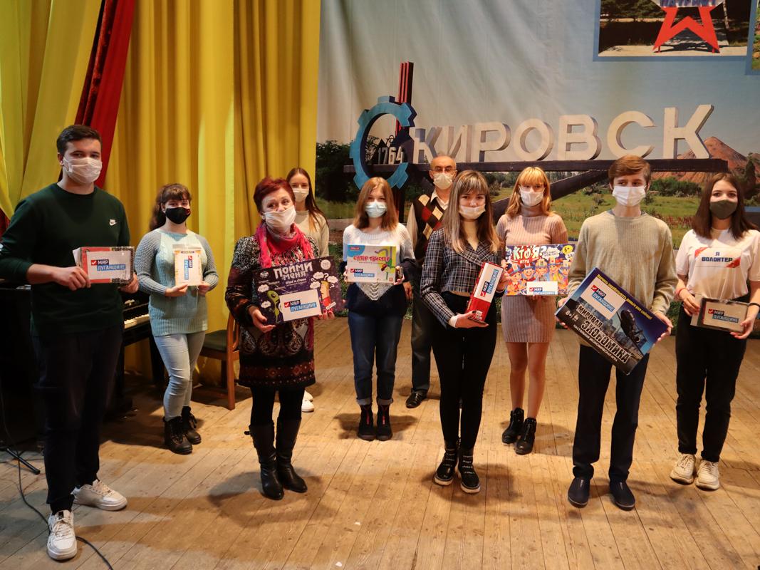 Активисты проекта «Волонтёр» передали настольные игры для детей из прифронтового Кировска 1