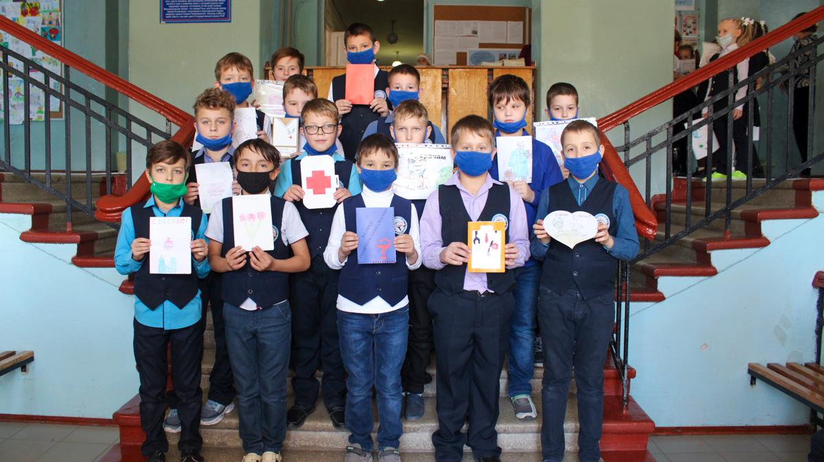 Луганские школьники передали более 100 рисунков для медиков в рамках акции «#СпасибоВрачамЛНР» 2