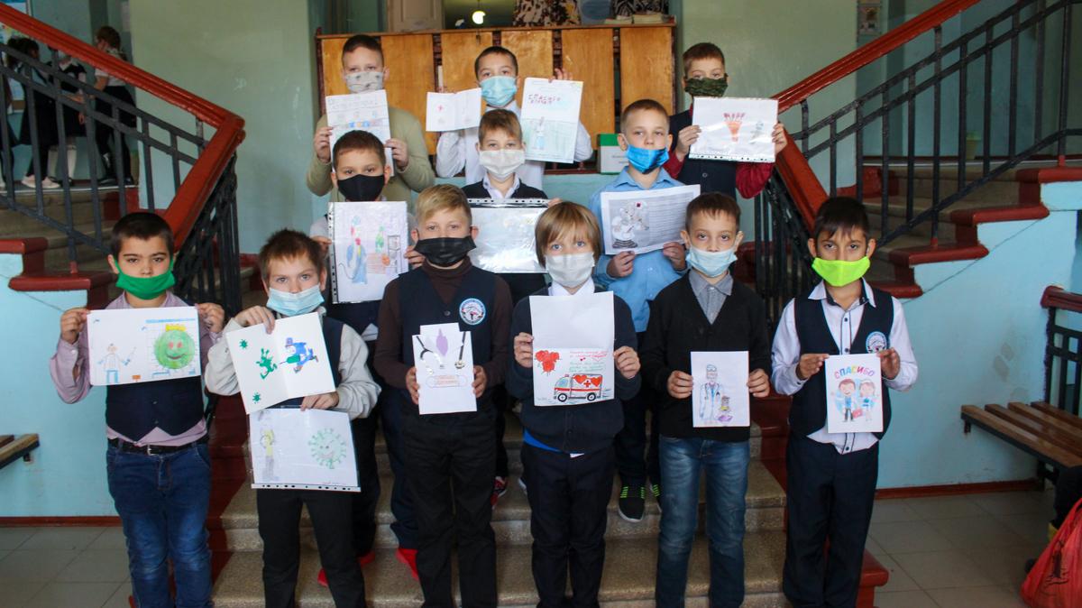 Луганские школьники передали более 100 рисунков для медиков в рамках акции «#СпасибоВрачамЛНР» 4