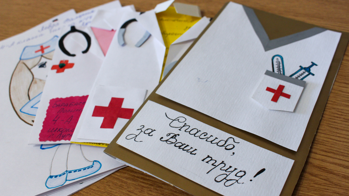 Луганские школьники передали более 100 рисунков для медиков в рамках акции «#СпасибоВрачамЛНР»