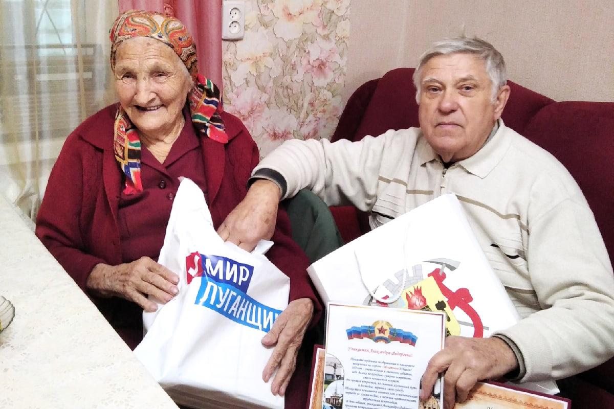 В Луганске активисты поздравили со столетием участницу Великой Отечественной войны 1