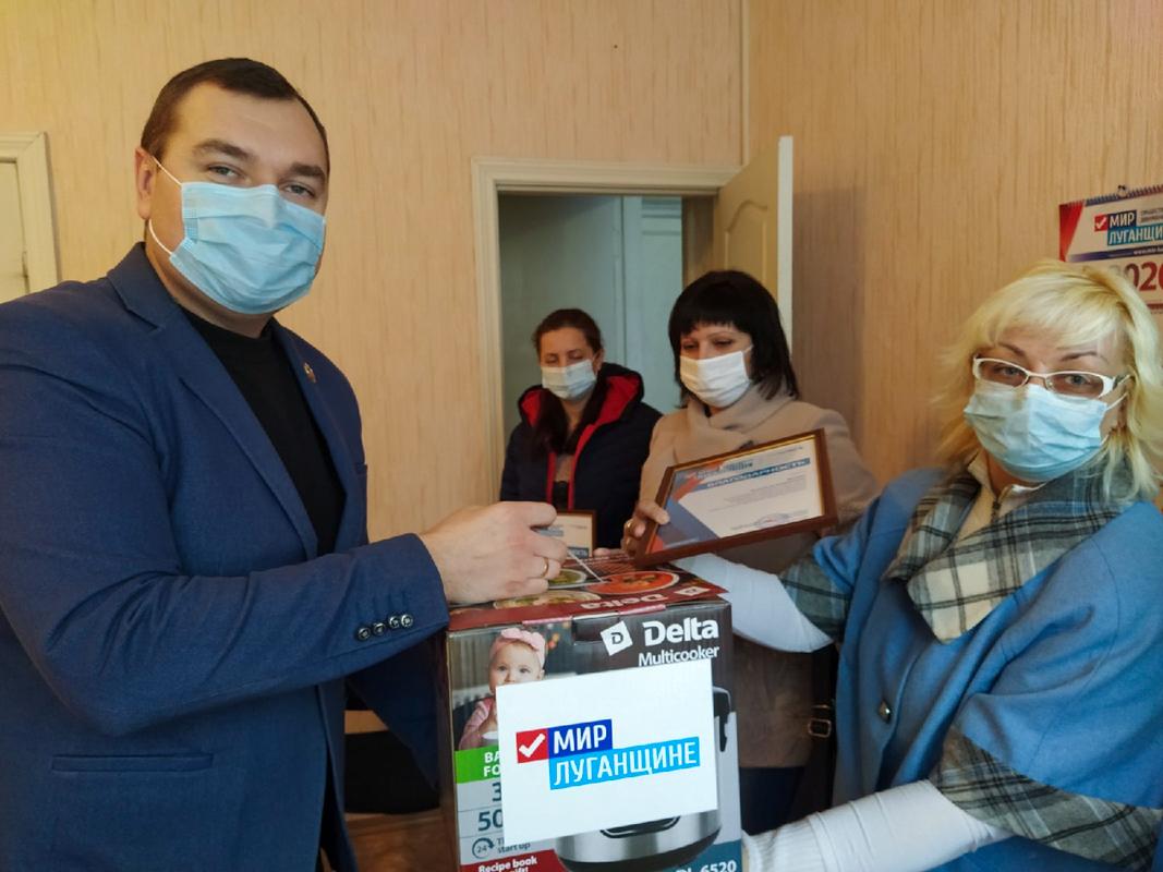 В День матери активисты ОД «Мир Лугнащине» поздравили многодетных матерей ЛНР 8
