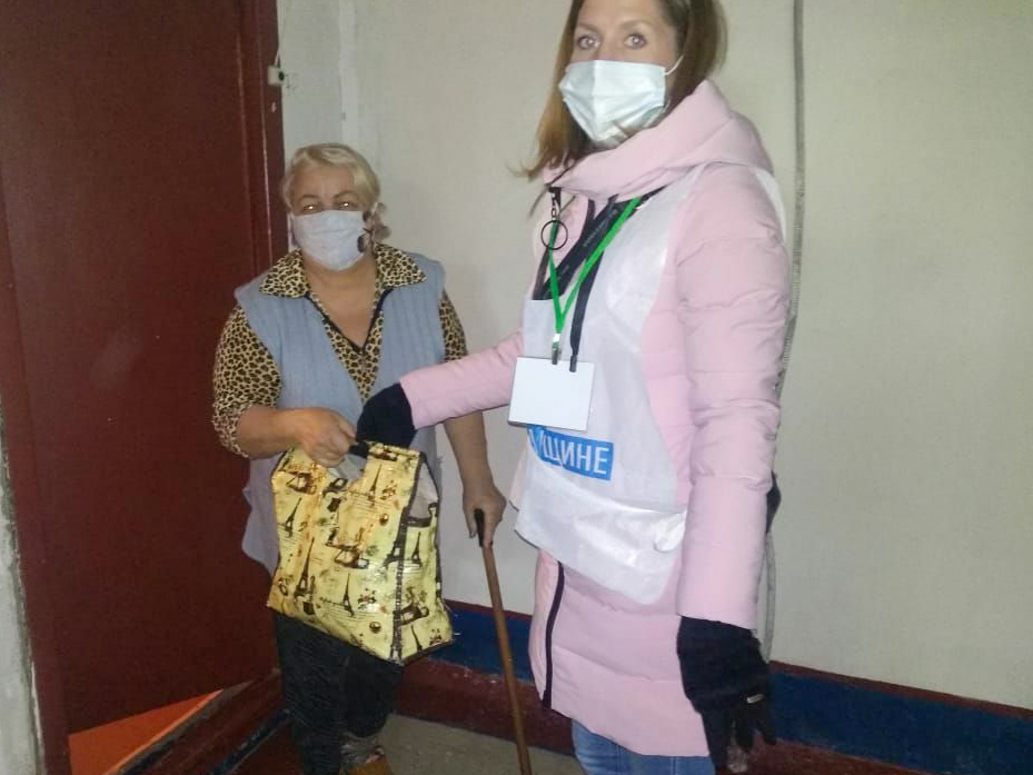 Волонтёры из Первомайска помогли пенсионеркам, в рамках акции «Рука помощи» 2