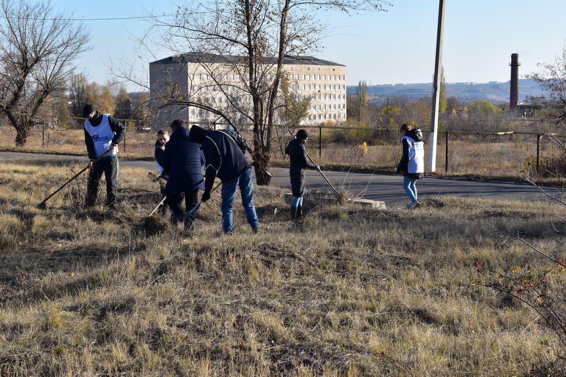 В Первомайске активисты навели порядок на Аллее погибших ополченцев
