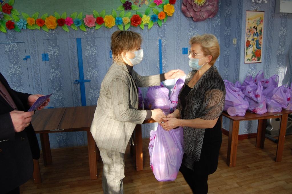 Многодетные семьи Стаханова получили помощь от проекта «Волонтёр»