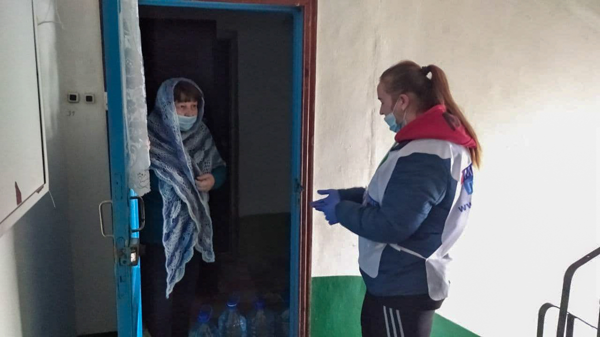 Волонтёры помогли жителям Кировска в рамках акции «Рука помощи»