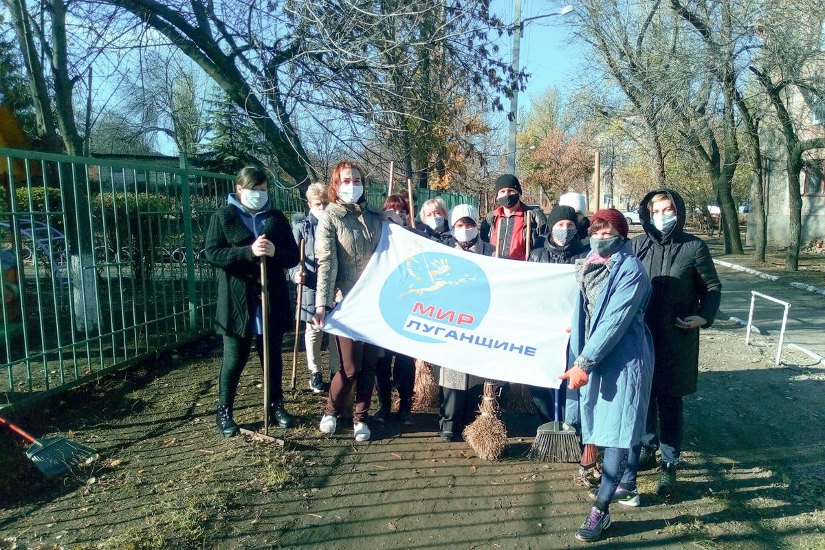 Активисты Стаханова провели субботник возле детского сада «Берёзка» 1