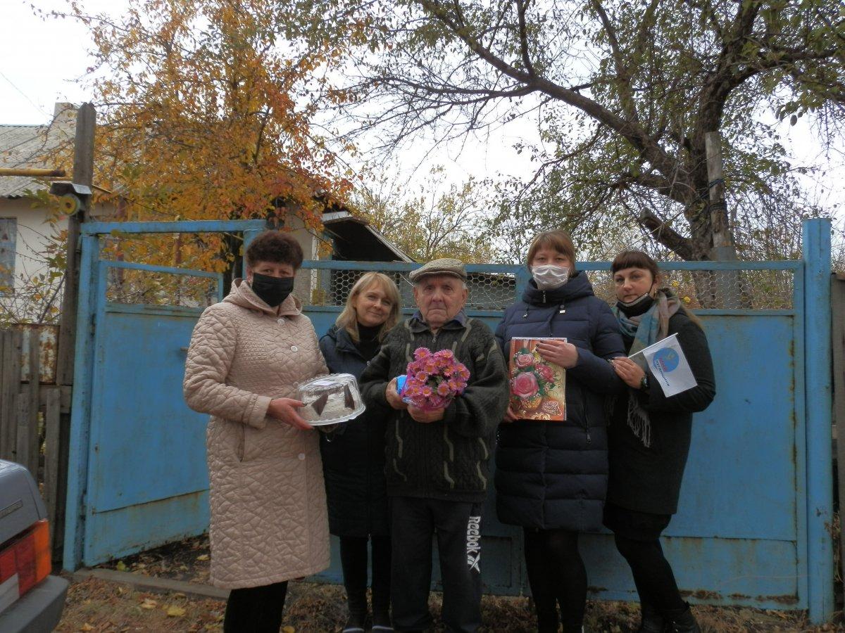 В посёлке Центральном Перевальского района активисты поздравили участника Великой Отечественной войны с юбилеем