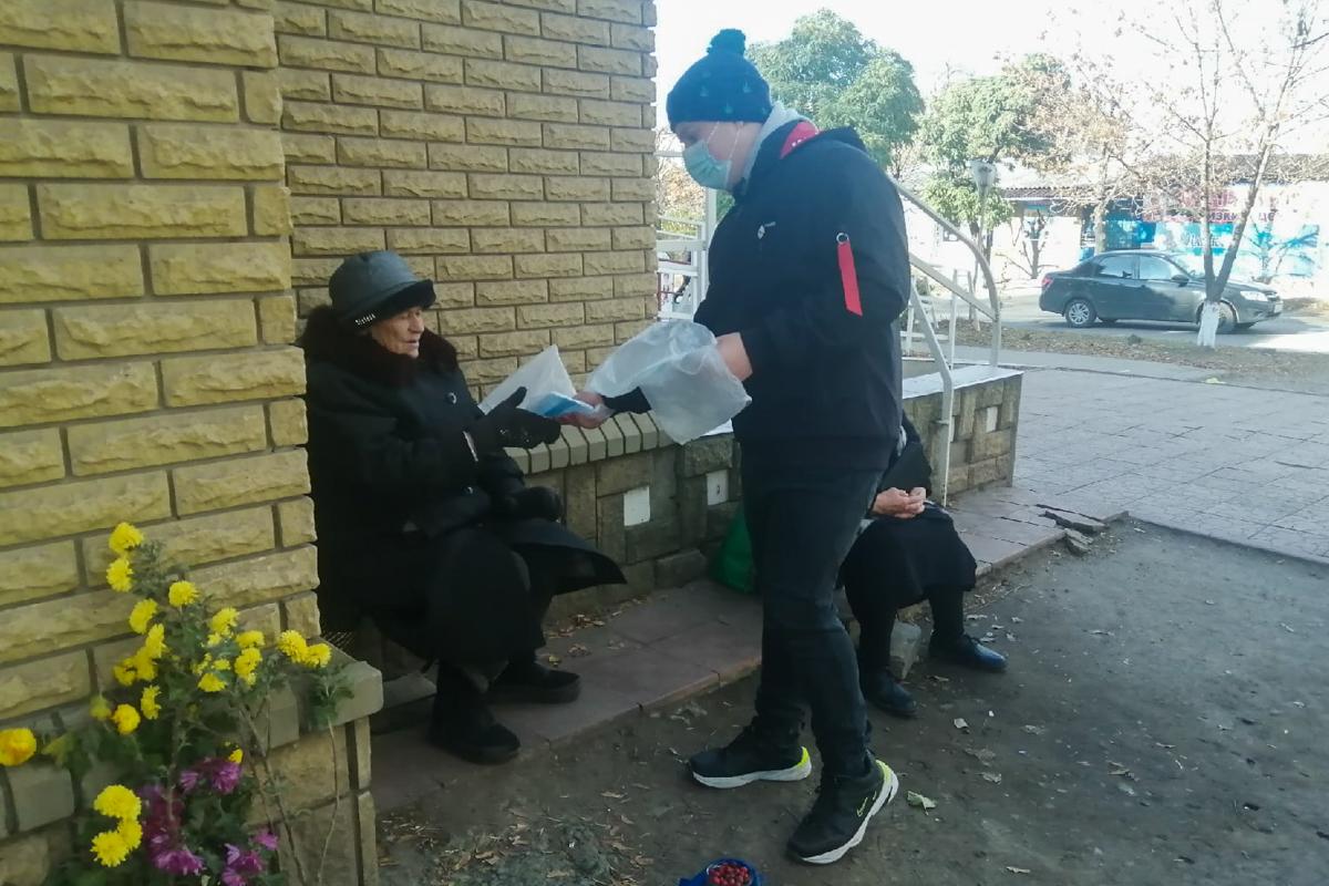 В Лутугино активисты провели акцию ко Всемирному дню борьбы с пневмонией