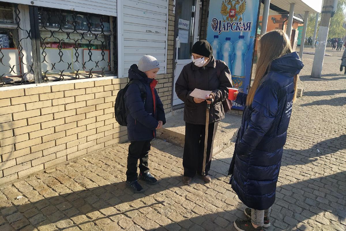 Молодёжь Перевальска поздравила местных жителей с Всемирным днём доброты 3