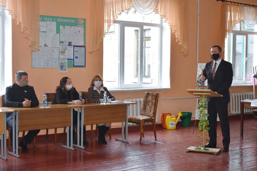В Брянке подвели итоги экологической акции – школьники вырастили более 500 саженцев каштана и грецкого ореха