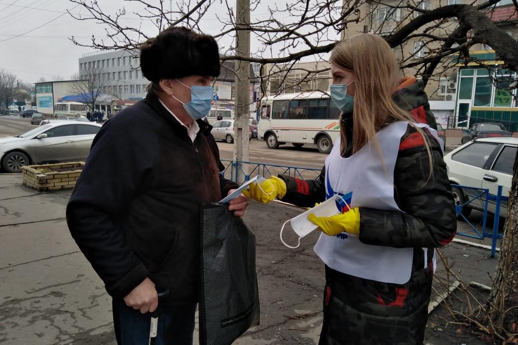 Жителям Красного Луча активисты раздали медицинские маски