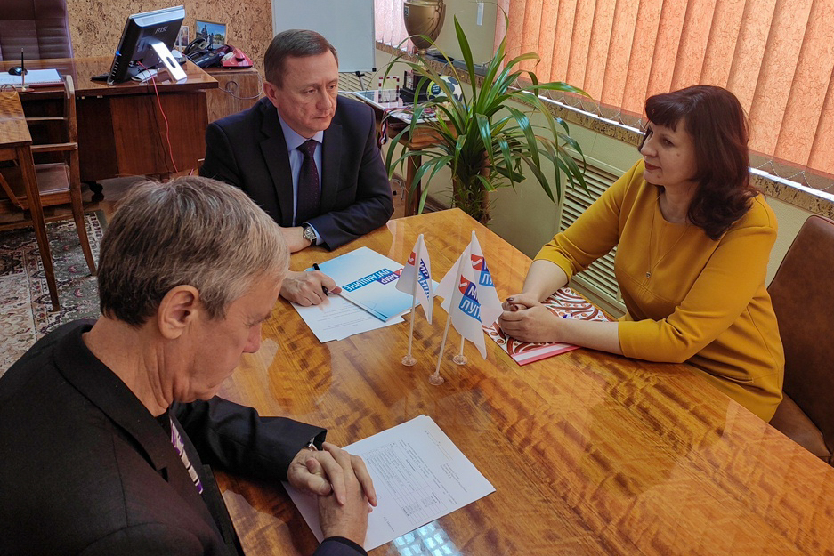 Николай Моргунов встретился с активисткой первичного отделения «Терцентр» ОД «Мир Луганщине» в Брянке