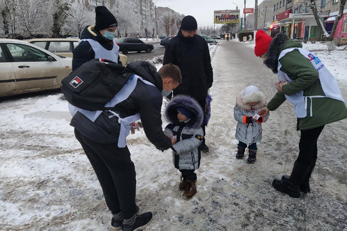Молодёжные активисты поздравили перевальчан с Днём Николая Чудотворца