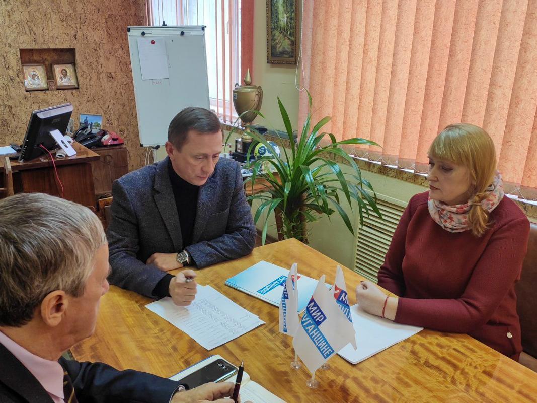 В Брянке Николай Моргунов встретился с активистом первичного отделения движения «Мир Луганщине» Аллой Алферовой