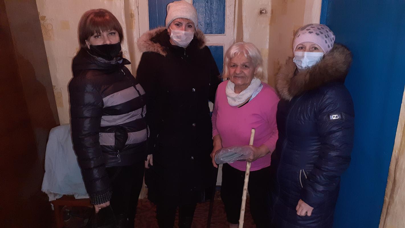 Краснодонские активисты поздравили ветерана с 80-летием