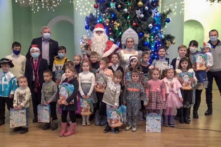 Дети активистов Краснодонского теротделения ОД «Мир Луганщине» получили подарки от проекта «Волонтёр»