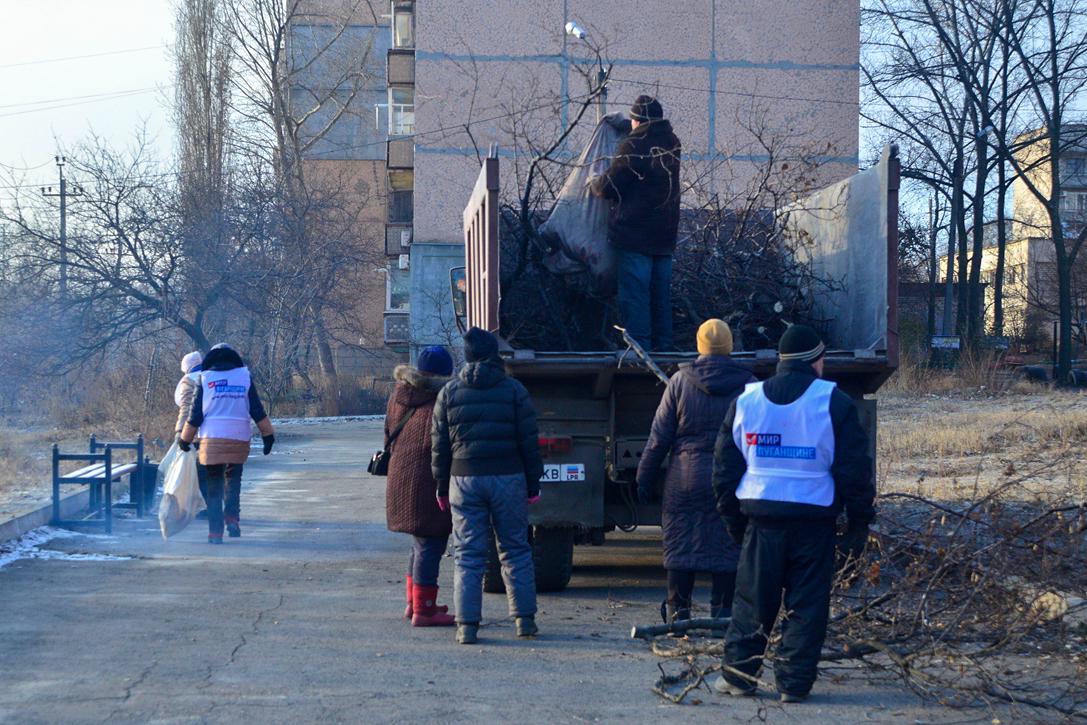 В Брянке активисты провели субботник возле территории памятного знака «Чернобыль боль наша»