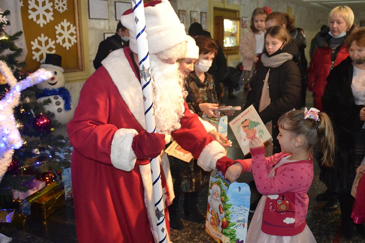 В Ровеньках вручили новогодние подарки детям активистов ОД «Мир Луганщине» 2