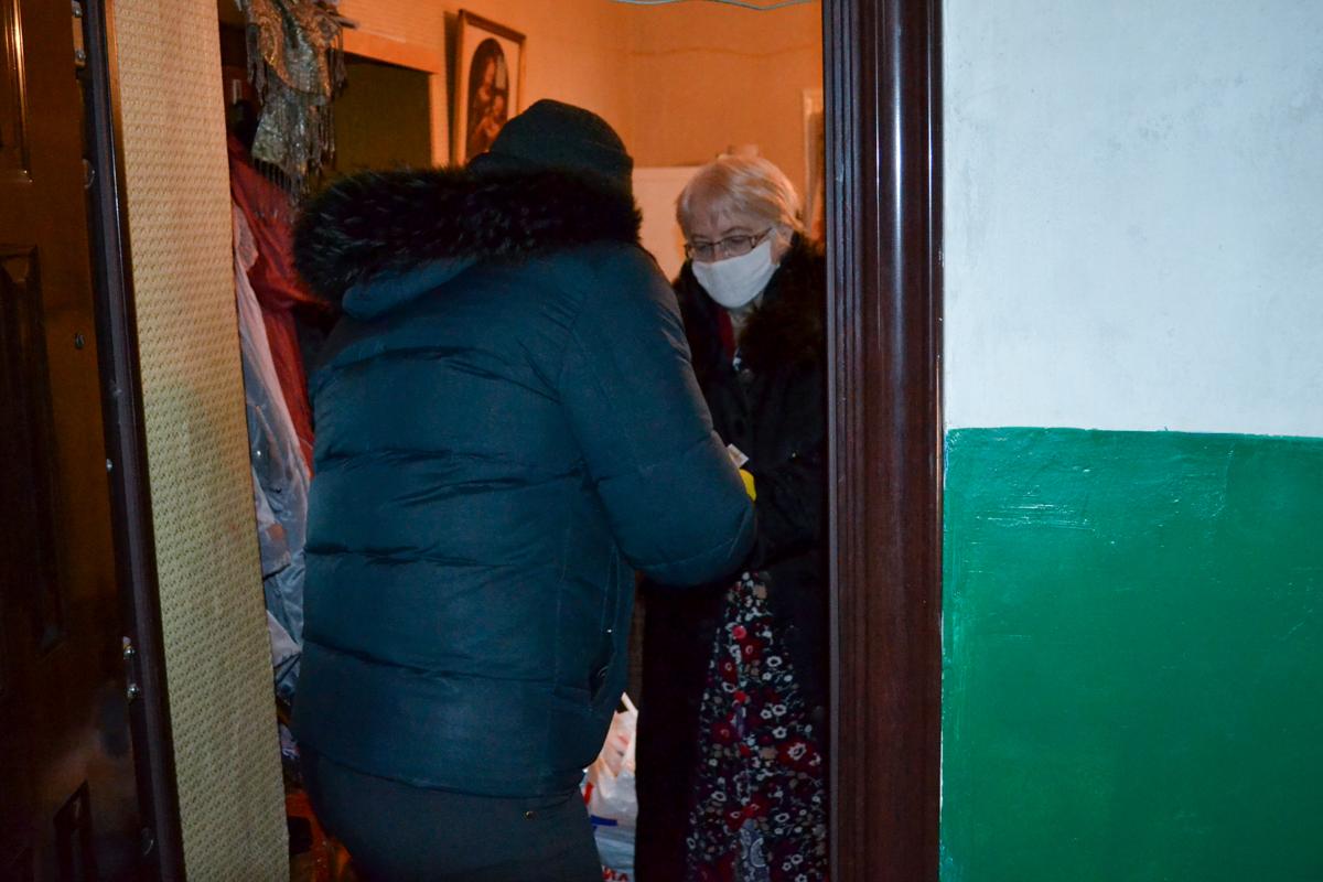 В Ровеньках волонтёры акции «Рука помощи» помогли жительнице города