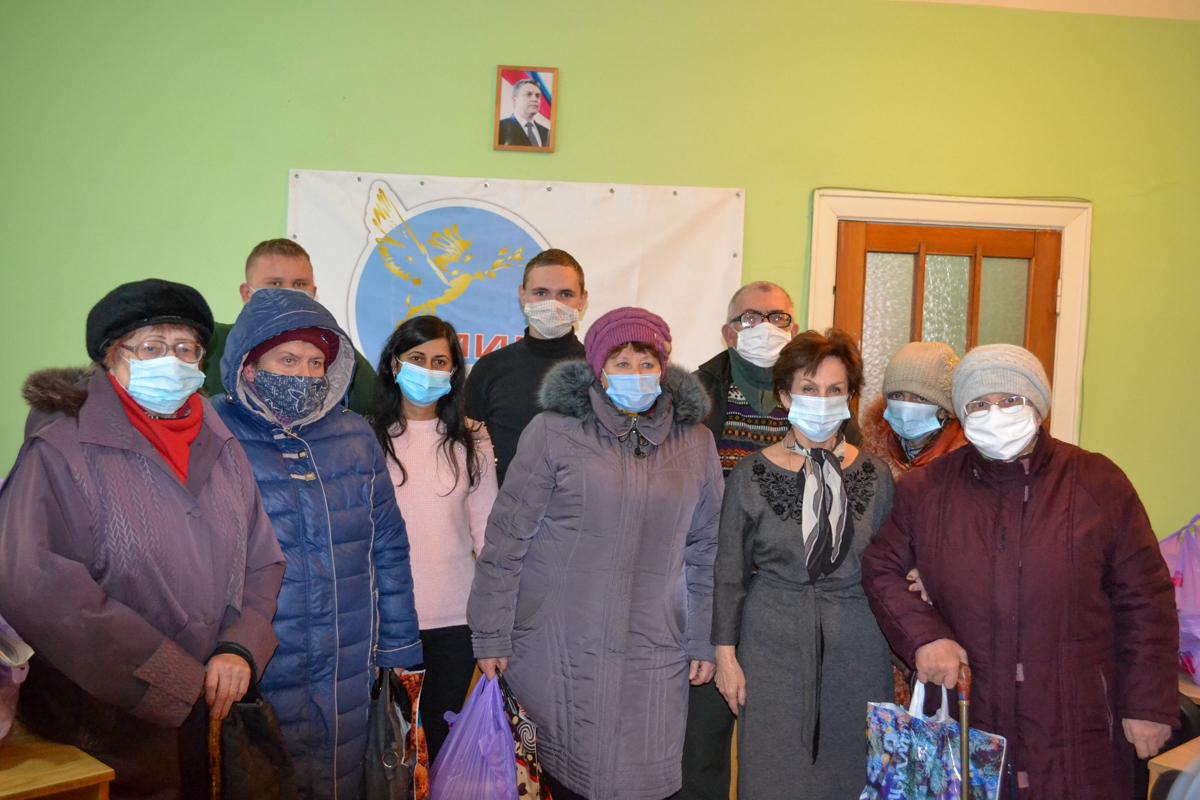 В Ровеньках нуждающимся передали продуктовые наборы от проекта «Волонтёр»