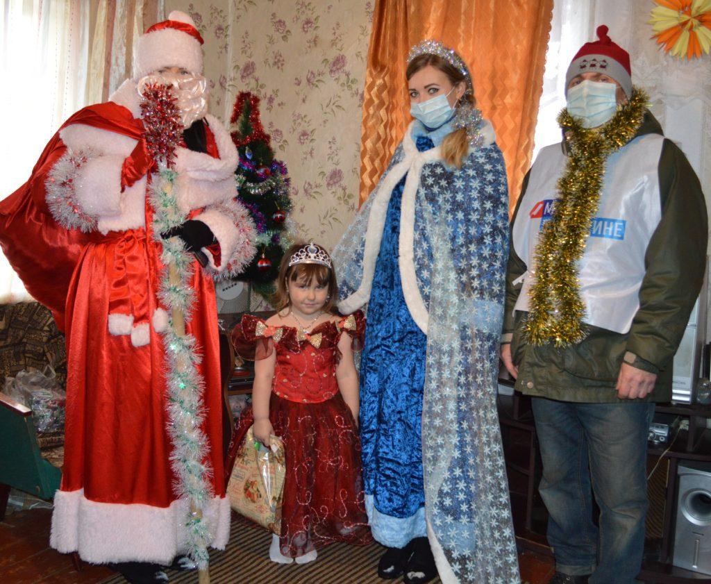 В посёлке Дзержинский дети получили подарки от депутата Беллы Демешко 2
