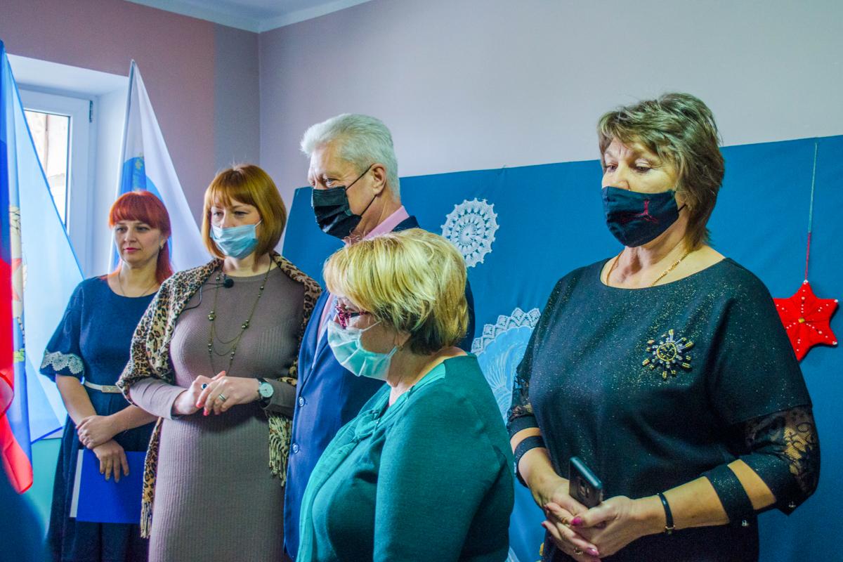В Краснодоне состоялось открытие персональной выставки активистки ОД «Мир Луганщине» Анастасии Чинновой 1