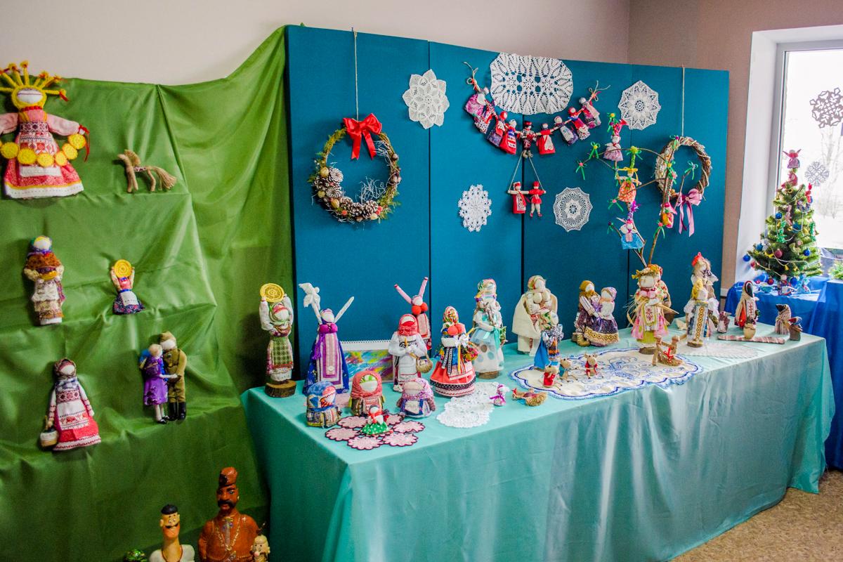 В Краснодоне состоялось открытие персональной выставки активистки ОД «Мир Луганщине» Анастасии Чинновой