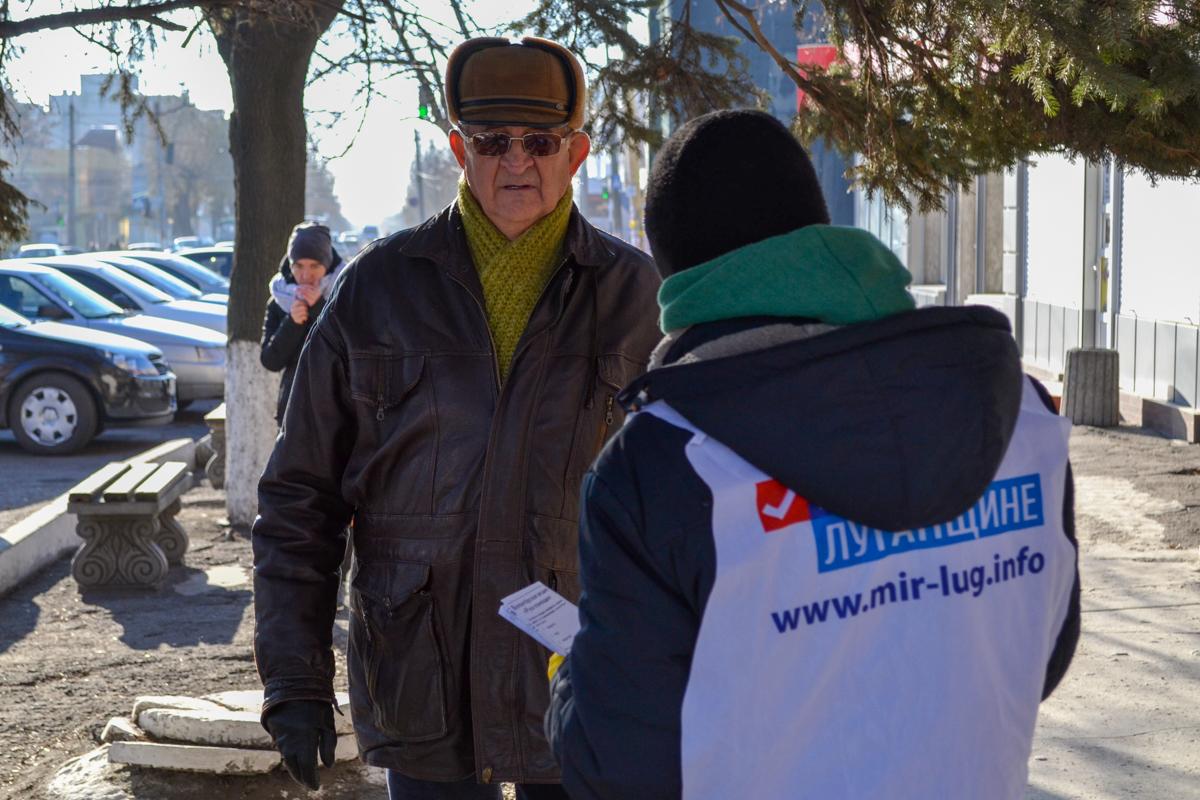 В Антраците активисты раздали листовки волонтёрской акции «Рука помощи»