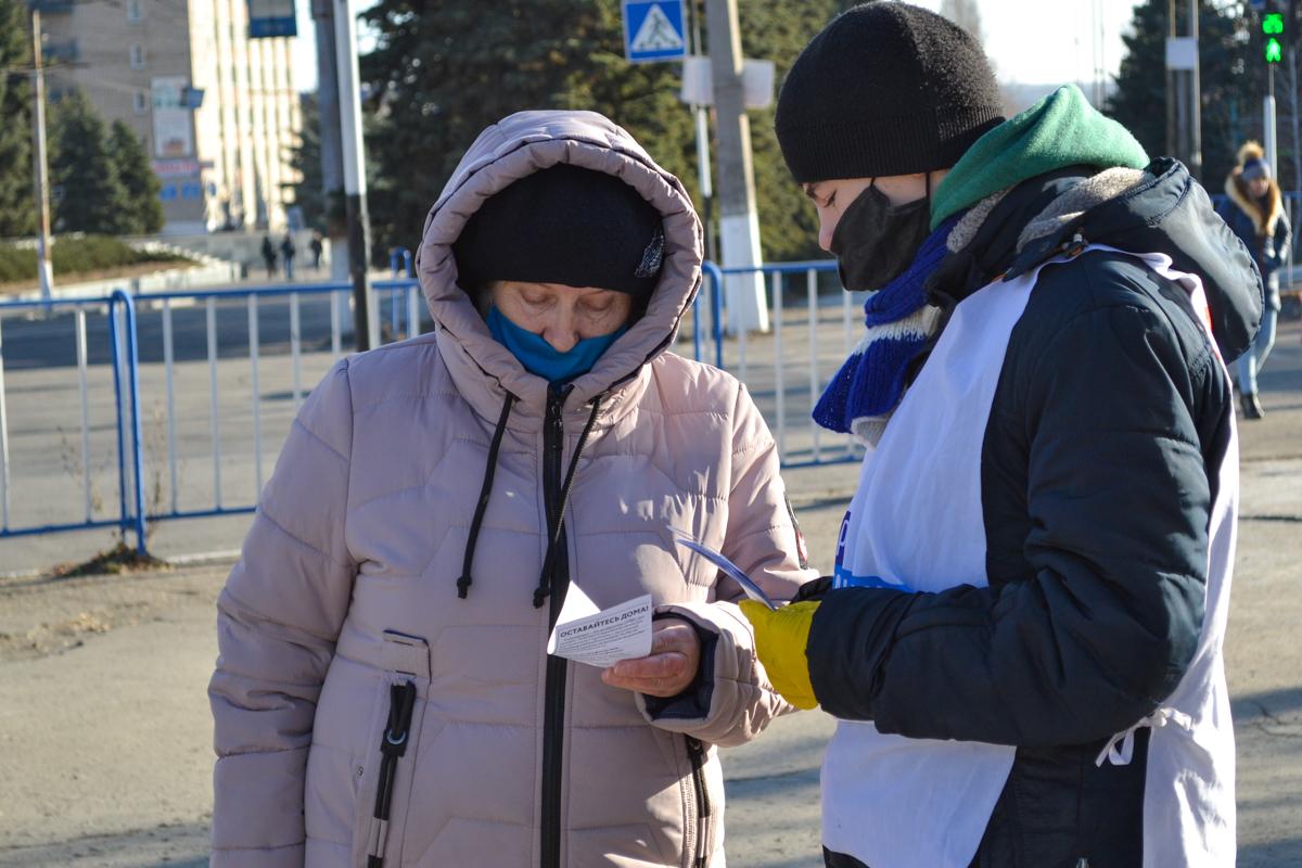 В Антраците активисты раздали листовки волонтёрской акции «Рука помощи» 1