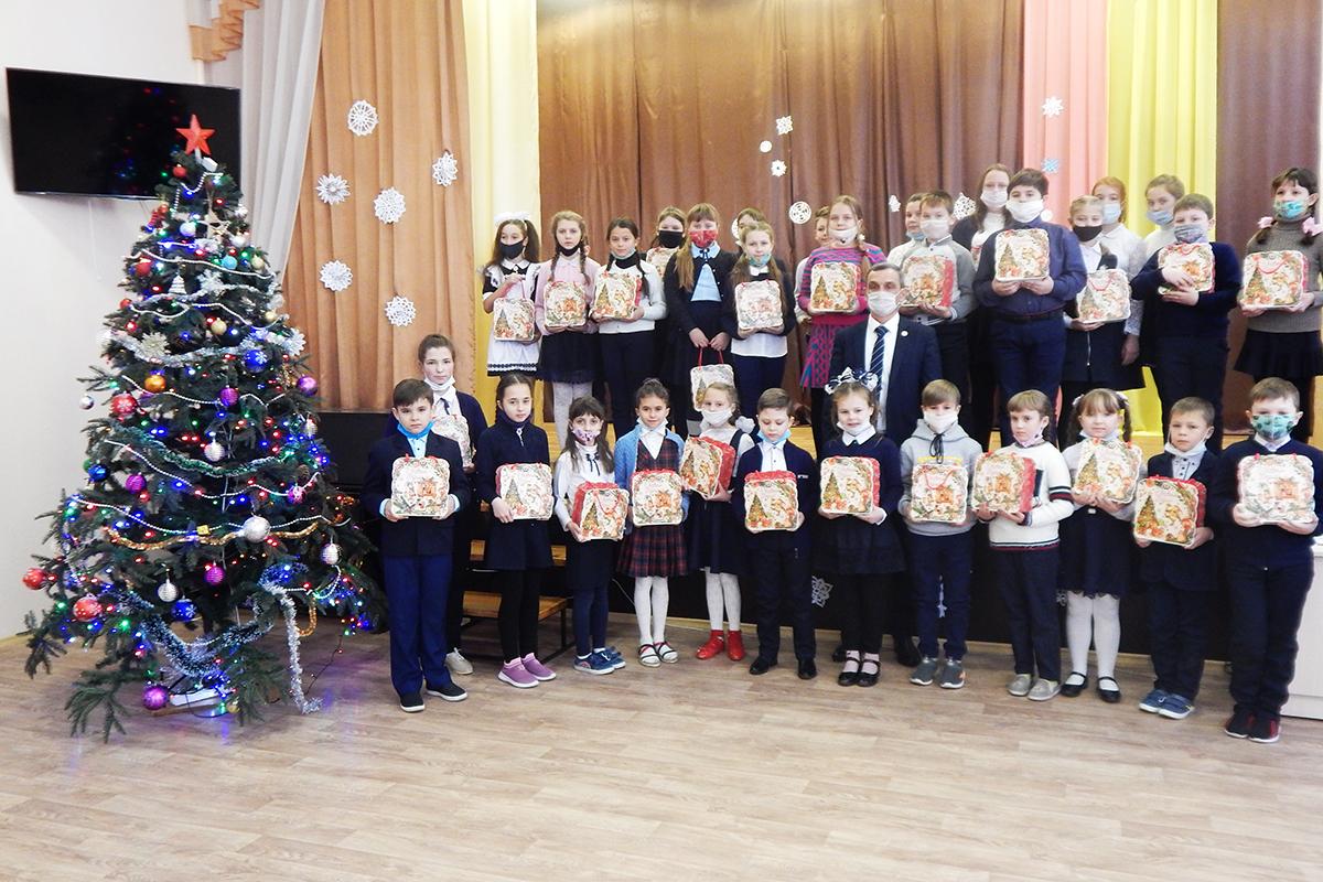 В Перевальском районе подвели итоги конкурса детского рисунка «Подарок от Деда Мороза» 1