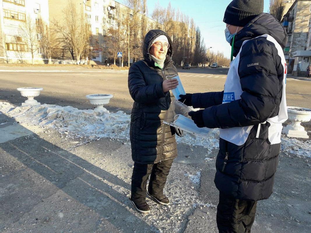 В Кировске активисты раздали защитные маски жителям города