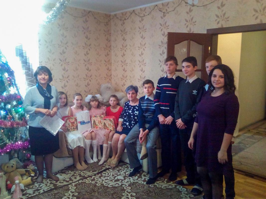 Манолис Пилавов и Марина Горностаева, в канун Дня Николая Чудотворца, посетили детские дома семейного типа и подарили подарки