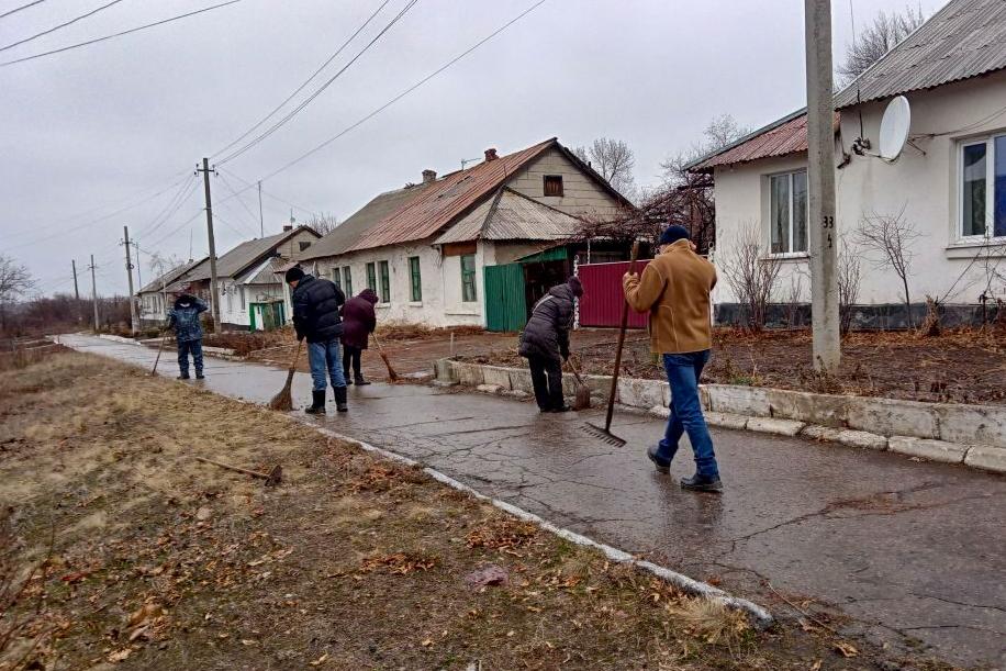 В посёлке Княгиневка активисты ОД «Мир Луганщине» провели субботник