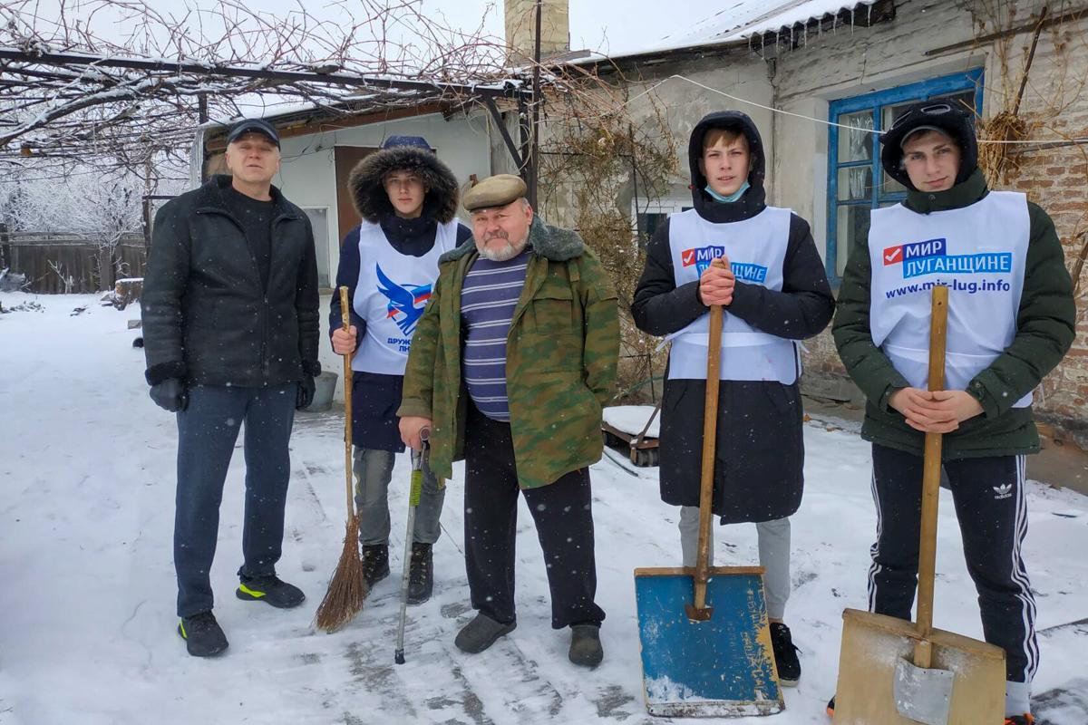 В Брянке активисты оказали помощь участнику боевых действий на придомовой территории 1