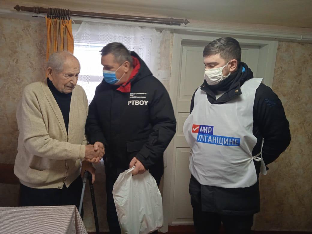 Активисты поздравили ветеранов из Брянки с наступающими новогодними праздниками