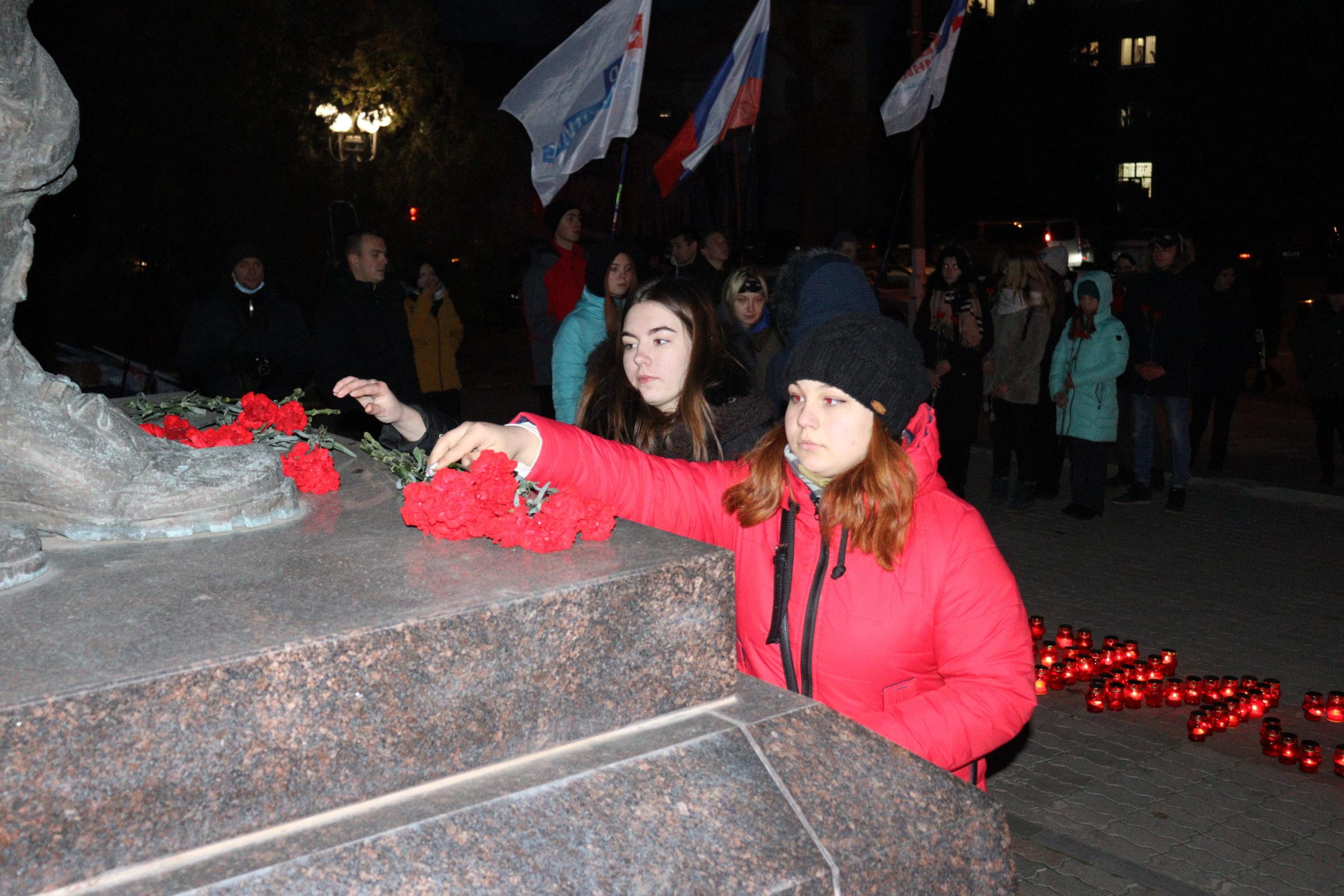 В Луганске состоялся митинг-реквием, приуроченный ко Дню Неизвестного Солдата 3