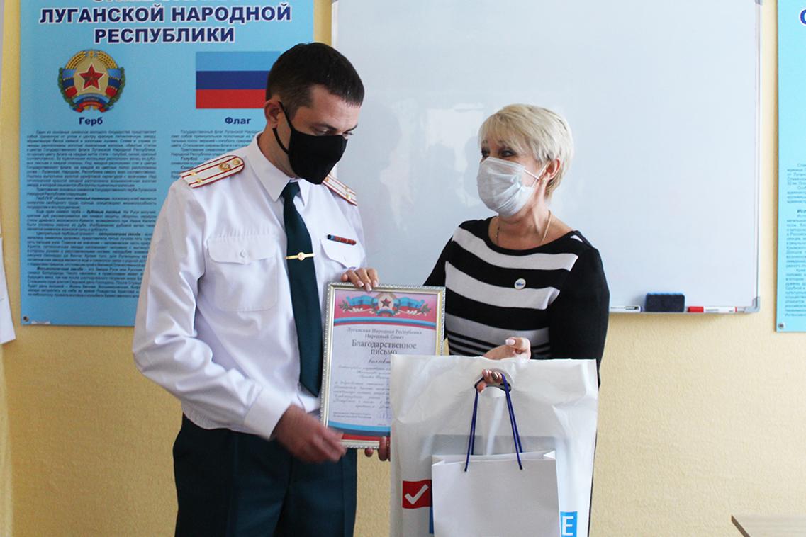 В Славяносербске активисты поздравили спасателей с профессиональным праздником