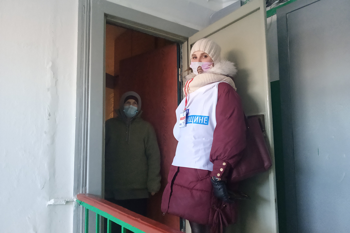 Четырём жителям Алчевска помогли волонтёры акции «Рука помощи»