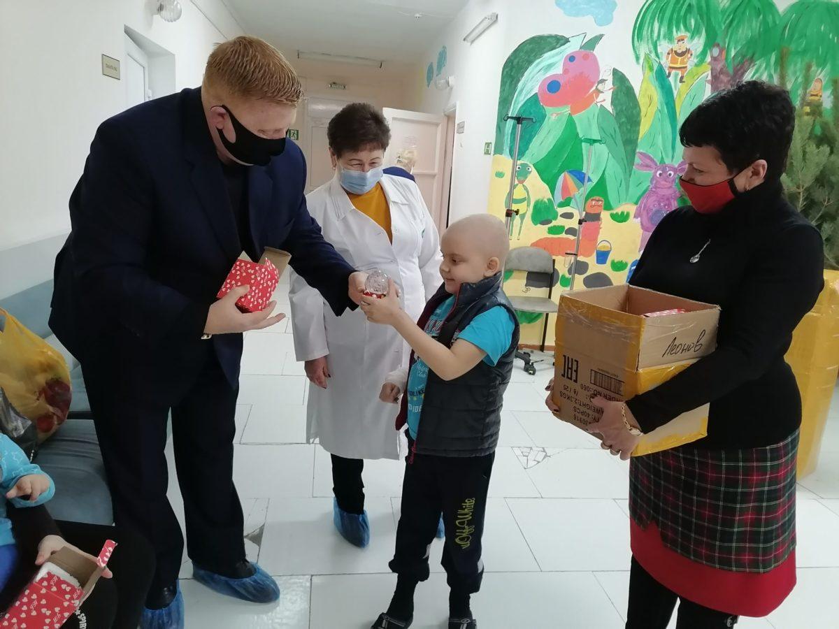 Депутаты передали ёлочные игрушки Луганской республиканской детской клинической больнице