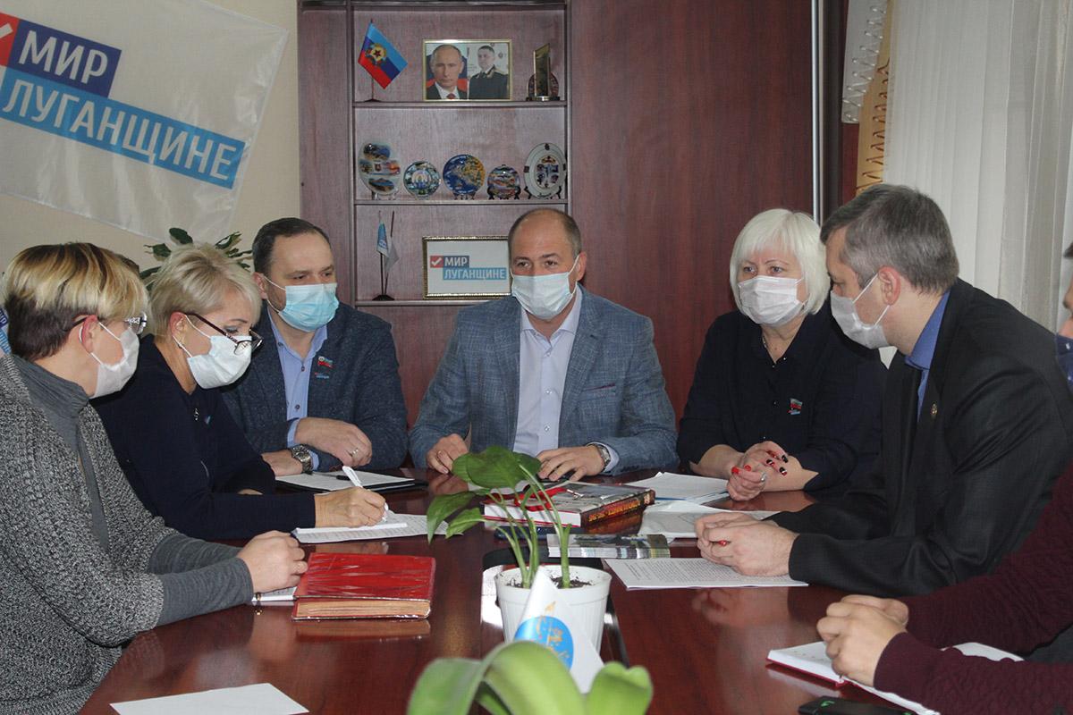 Ко Дню Неизвестного Солдата в Славяносербске состоялась встреча с историками и краеведами