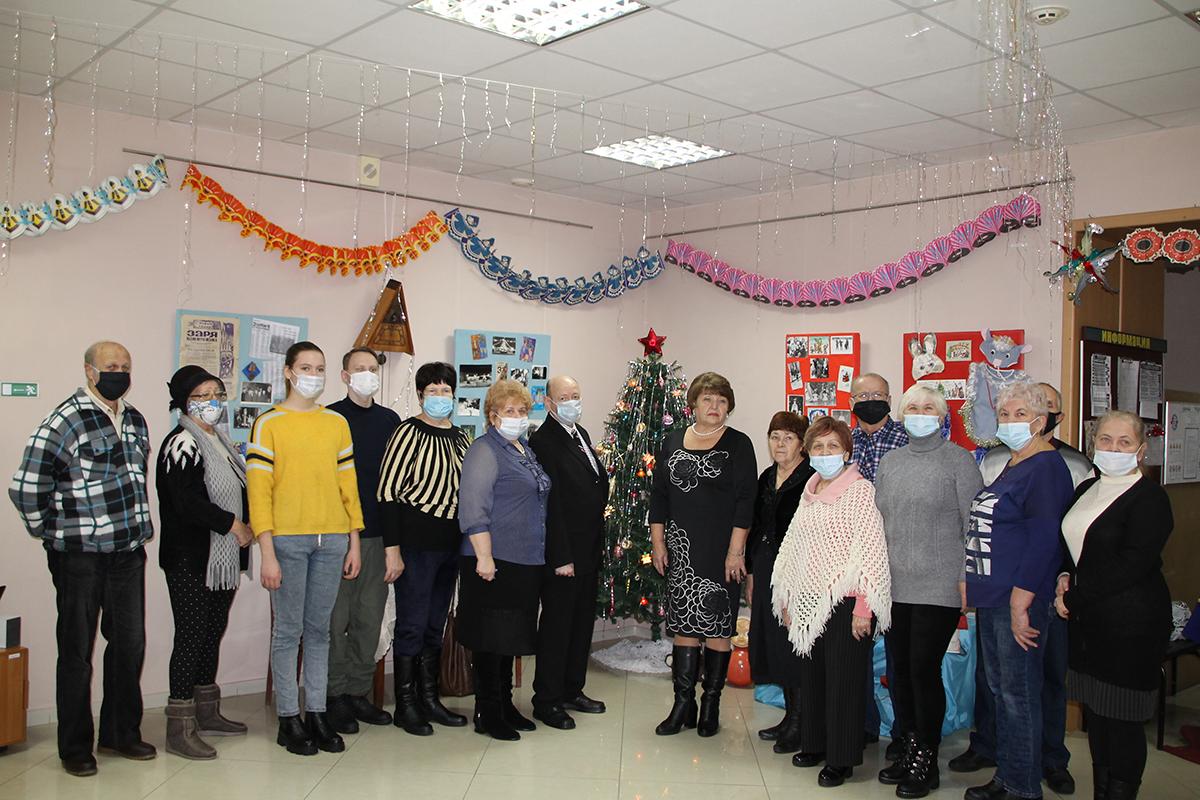 Антрацитовские активисты посетили историческую гостиную «Волшебство советской ёлки»